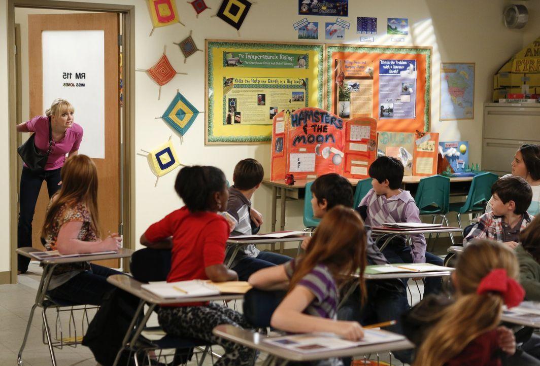 Als Christy (Anna Faris, l.) ohne Vorankündigung in Roscoes Klassenzimmer auftaucht, bringt sie ihren Sohn in eine peinliche Lage ... - Bildquelle: Warner Bros. Television