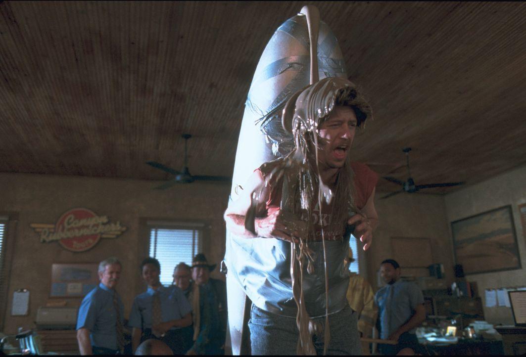 Seitdem Joe Dreck (David Spade) als Achtjähriger während eines Spiels in einer Mülltonne seine Eltern einbüßte, geht seine Karriere als Hausmeister... - Bildquelle: 2003 Sony Pictures Television International. All Rights Reserved.