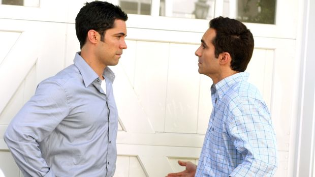 Mike (Nestor Carbonell, r.) bekommt Besuch von seinem Bruder Scott (Danny Pin...
