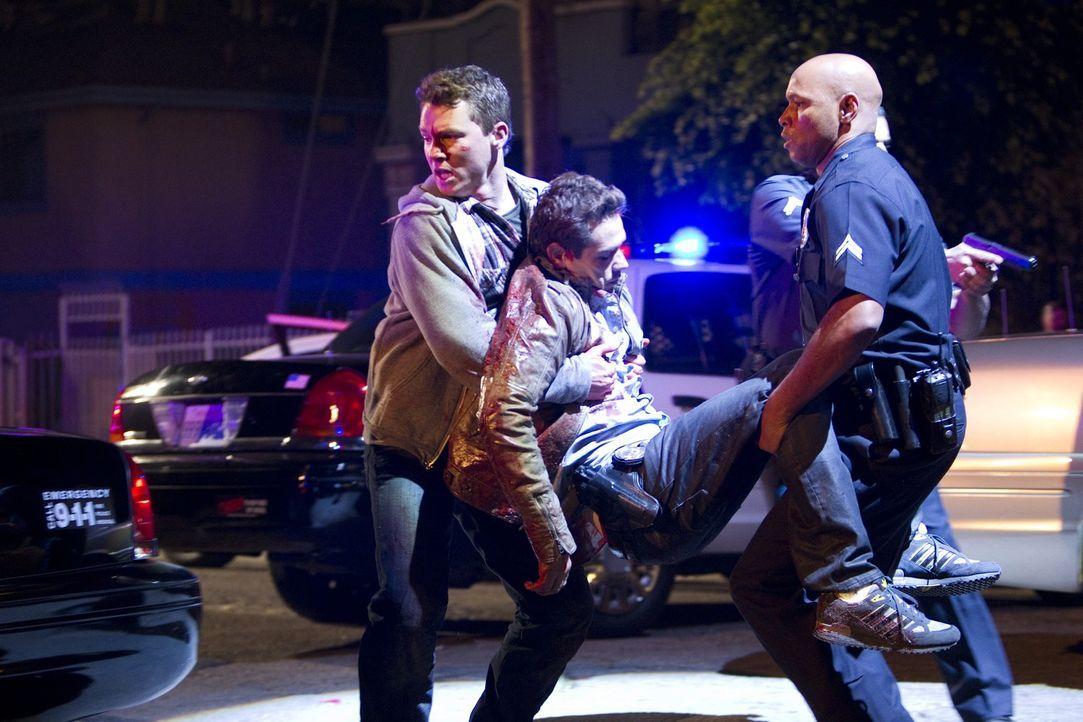 Nach einem Wortwechsel zwischen Nate Moretta (Kevin Alejandro, M.), Sammy Bryant (Shawn Hatosy, l.) und einer Gruppe Latinos kommt es plötzlich zu... - Bildquelle: Warner Brothers