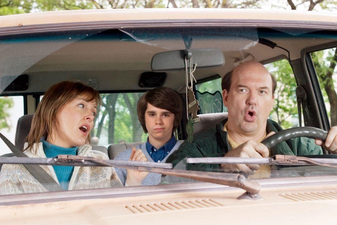 Eine ganz besondere Überraschung wartet auf Sam (Ryan Pinkston, M.) und seine Eltern (John Carroll Lynch, r. und Cynthia Stevenson, l.) ... - Bildquelle: New Line Cinema