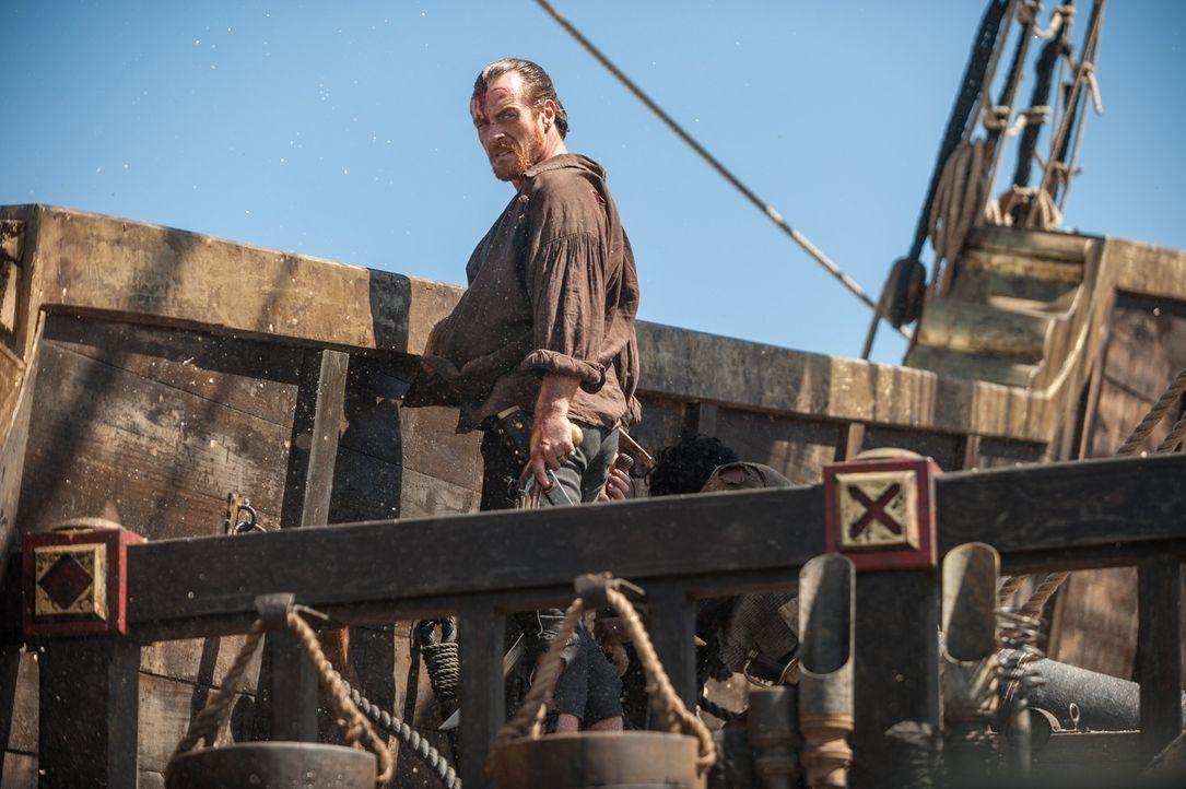 Seitdem seine Crew weiß, wie Captain Flint (Toby Stephens) es geschafft hat, zur Urca de Lima vorzudringen und vor allem der Mord an Gates sowie die... - Bildquelle: David Bloomer 2015 Starz Entertainment LLC, All rights reserved.