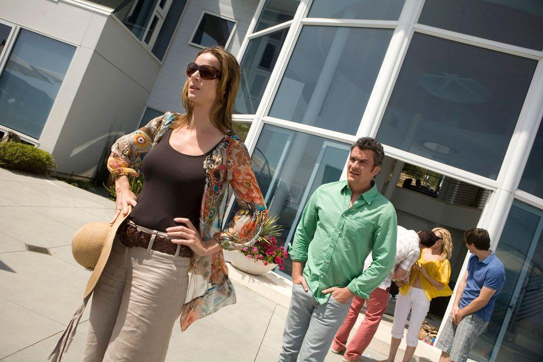 Katze aus dem Sack: Sarah (Rachel Griffiths, l.) sorgt für Furore mit all den Enthüllungen und erzürnt damit nicht nur Tommy (Balthazar Getty, 2.v.... - Bildquelle: 2008 ABC INC.