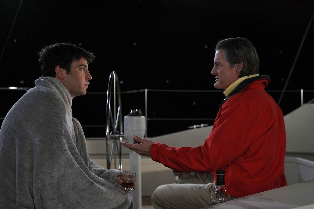"""Ted (Josh Radnor, l.) und """"der Captain"""" (Kyle MacLachlan, r.) unternehmen einen Segeltörn - mit ungeahnten Ende ... - Bildquelle: 20th Century Fox International Television"""