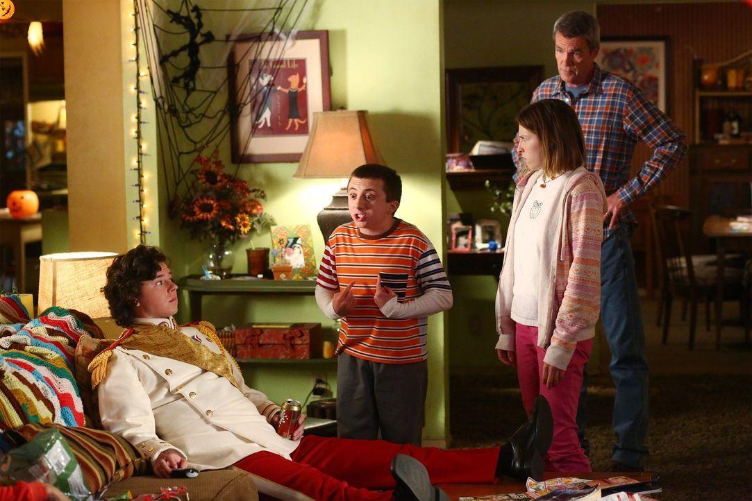 Während Axl (Charlie McDermott, l.) seine schlechte Laune an seiner Familie auslässt, weil er zu April immer nur nett sein will, streiten Brick (Att... - Bildquelle: Warner Bros.