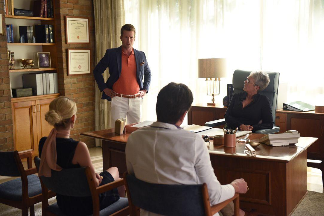 Chad (Glen Powell, 2.v.l.) beschuldigt Brock (John Stamos, 2.v.r.) des Mordes und stellt Chanel (Emma Roberts, l.) eine unerwartete Frage, während M... - Bildquelle: 2016 Fox and its related entities.  All rights reserved.