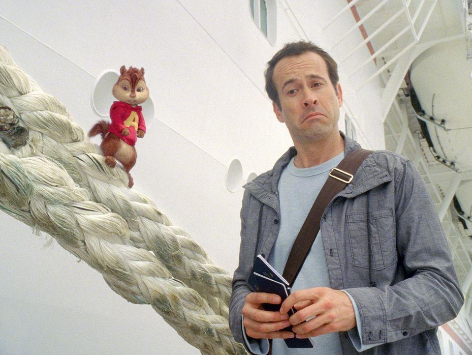 Dave (Jason Lee, r.), die Chipmunks und die Chipettes wollen sich während einer Kreuzfahrt erholen. Doch wie immer haben Alvin (l.) und seine Freun... - Bildquelle: 2011 Twentieth Century Fox Film Corporation. All rights reserved.