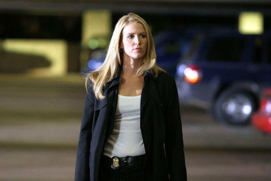 Auf der Suche nach einem Hinweis: Samantha Spade (Poppy Montgomery) untersucht das plötzliche Verschwinden der jungen Neurochirurgin Dr. Lianna Sard... - Bildquelle: Warner Bros. Entertainment Inc.