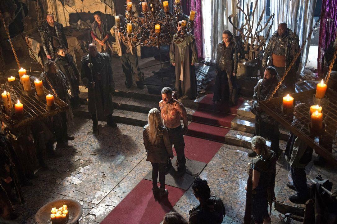 Das Auftauchen von Lt. Carl Emerson (Toby Levins, Mitte r.) in der Hauptstadt der Grounder stellt Clarke (Eliza Taylor, Mitte l.) und auch Lexa (Aly... - Bildquelle: 2014 Warner Brothers