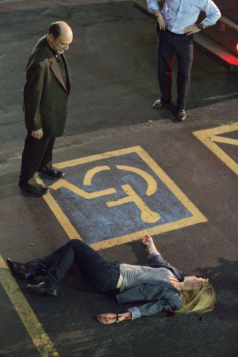 Bei einer Operation mit Adal (F. Murray Abraham, l.) wird Carrie (Claire Danes, r.) angeschossen. Muss sie nun um ihr Leben bangen? - Bildquelle: 2013 Twentieth Century Fox Film Corporation. All rights reserved.