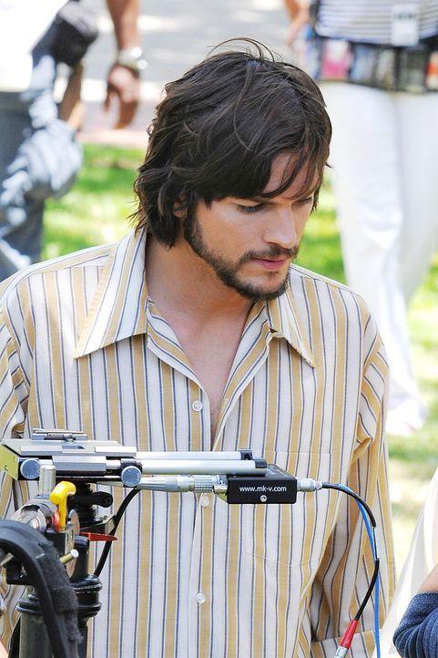 ashton-kutcher-filmset-jobs-12-06-18-01-comjpg 1327 x 1990 - Bildquelle: WENN.com