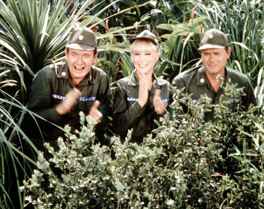 Bei einem Manöver unterstützt Jeannie (Barbara Eden, M.) ihren Meister Tony (Larry Hagman, r.) und seinen Freund Roger (Bill Daily, l.). - Bildquelle: Columbia Pictures
