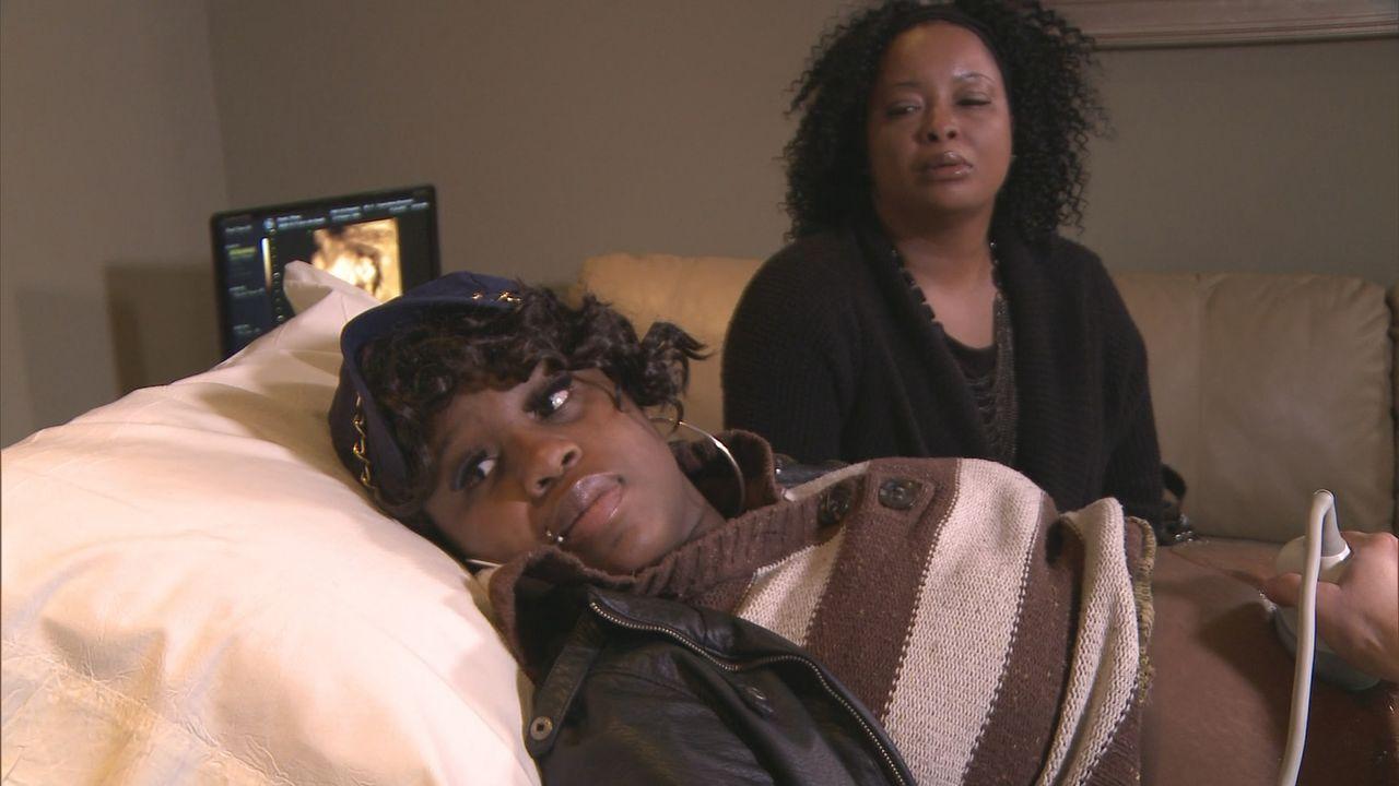 Tiffany Savannah (l.) kämpft mit ihrem Ex-Freund um eine Unterschrift  - die benötigt sie von ihm, um ihr Baby zur Adoption freigeben zu können und... - Bildquelle: Universal Pictures