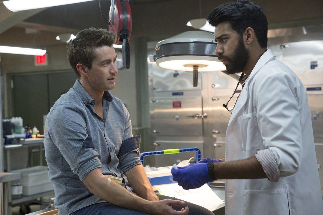 Ravi (Rahul Kohli, r.) hofft, Major (Robert Buckley, l.) davon überzeugen zu können, ihm bei der Herstellung eines neuen Gegenmittels zu unterstütze... - Bildquelle: 2014 Warner Brothers