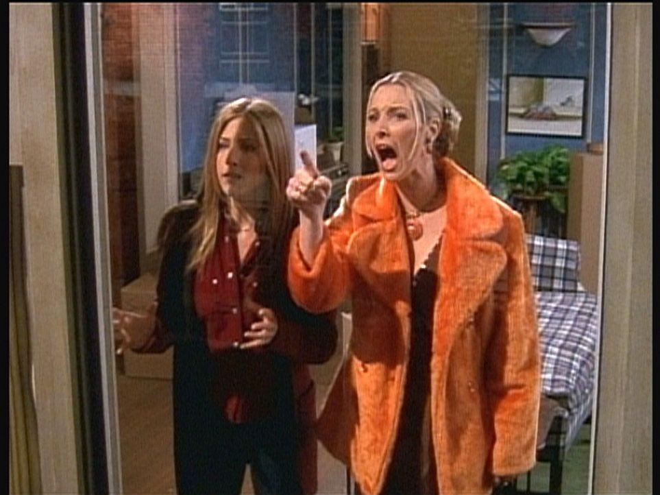"""Rachel (Jennifer Aniston, l.) und Phoebe (Lisa Kudrow) sehen vom Fenster aus Monica und Chandler """"in Aktion"""". Phoebe ist außer sich ... - Bildquelle: TM+  2000 WARNER BROS."""