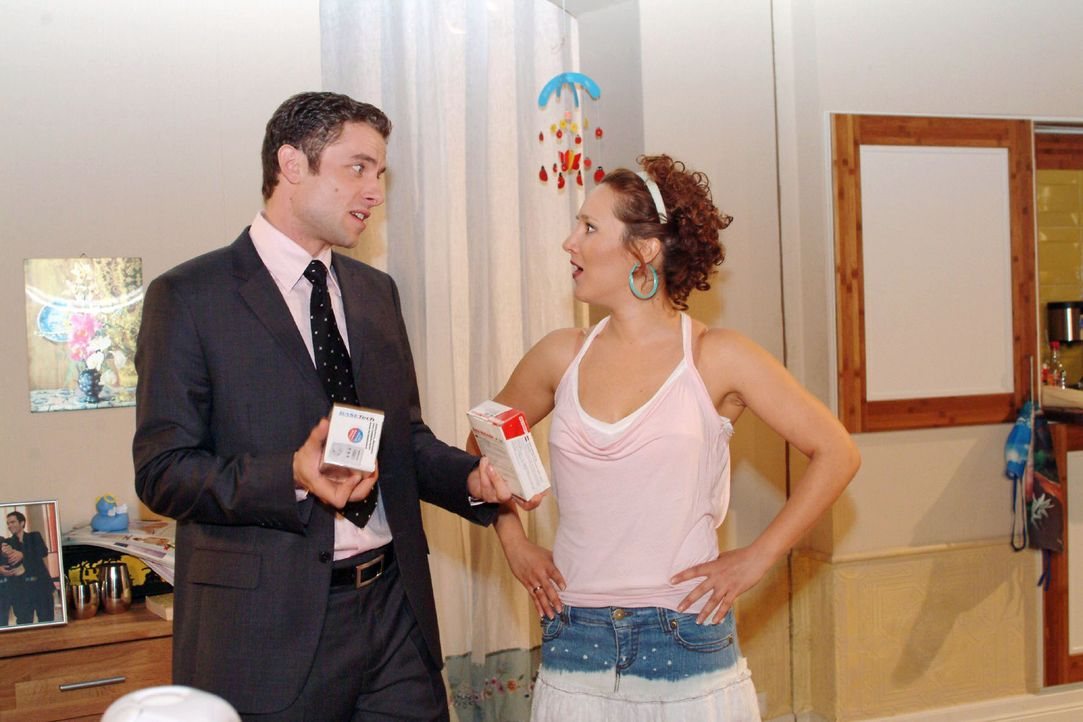 Yvonne (Bärbel Schleker, r.) glaubt sich verhört zu haben, als Max (Alexander Sternberg, l.) ihr versichert, dass sie ihre Geldsorgen durch clever... - Bildquelle: Monika Schürle Sat.1