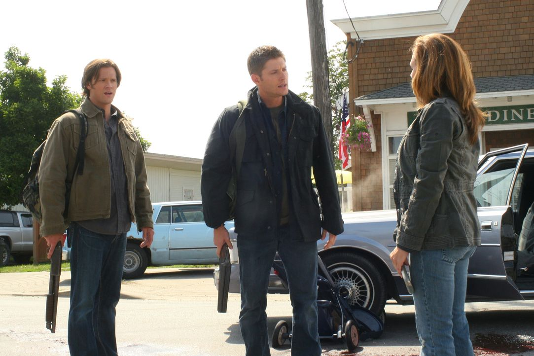 """Müssen """"den Krieg"""" bekämpfen: Sam (Jared Padalecki, l.), Dean (Jensen Ackles, M.) und Ellen Harvelle (Samantha Ferris, r.) ... - Bildquelle: Warner Bros. Television"""