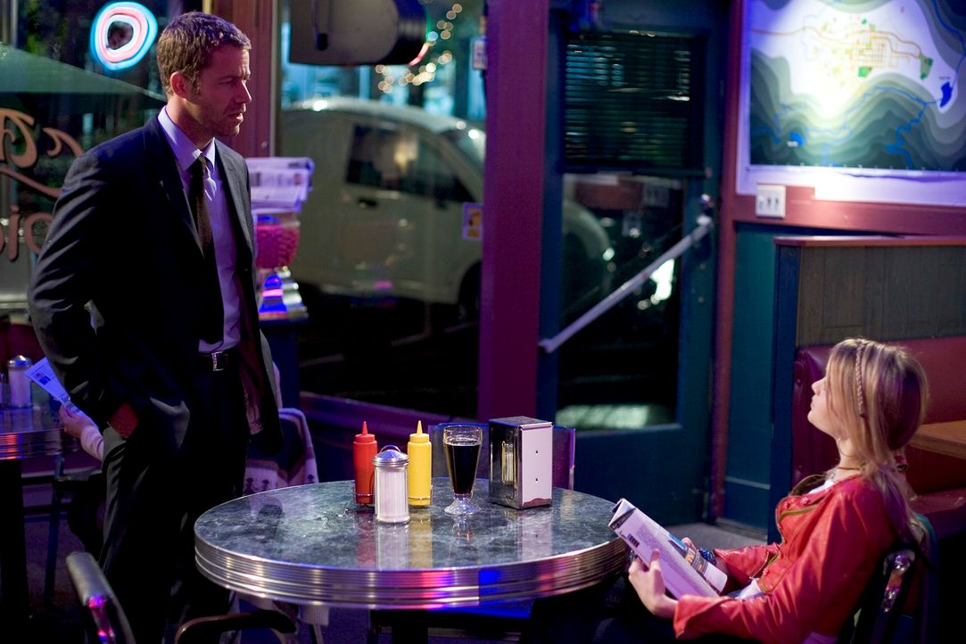 Zufällig landen Jack Carter (Colin Ferguson, l.) und seine Tochter Zoe (Jordan Hinson, r.) in Eureka, einem kleinen Städtchen, in dem merkwürdige Di... - Bildquelle: Universal Television