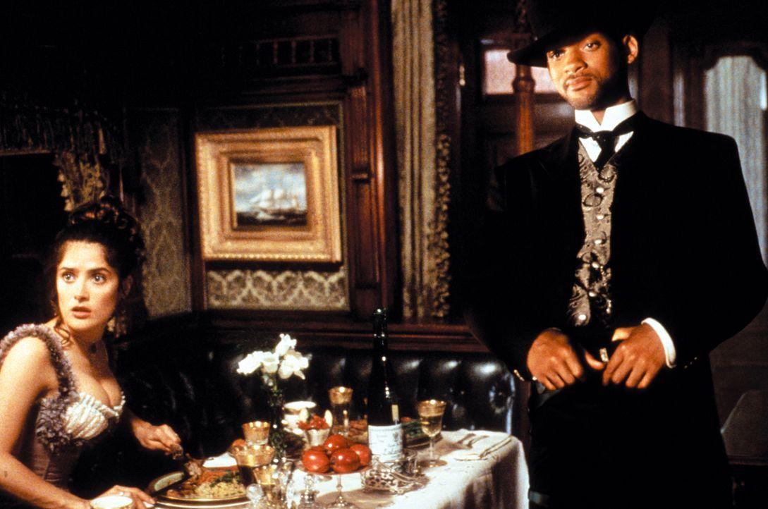 Schon bald bietet die undurchsichtige Rita Escobar (Salma Hayek, l.) Jim West (Will Smith, r.) und Artemus Gordon ihre Hilfe an, denn ihr Vater soll... - Bildquelle: Warner Bros. Pictures