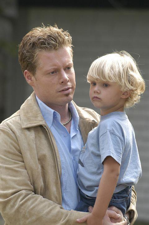 Als Joeys (David Richmond-Peck, l.) Eltern die naive Nadine und ihre Tochter Marie (Deanna Milligan, r.) bei sich aufnehmen, geschieht dies unter de... - Bildquelle: 2004 Sony Pictures Television Inc. All Rights Reserved.
