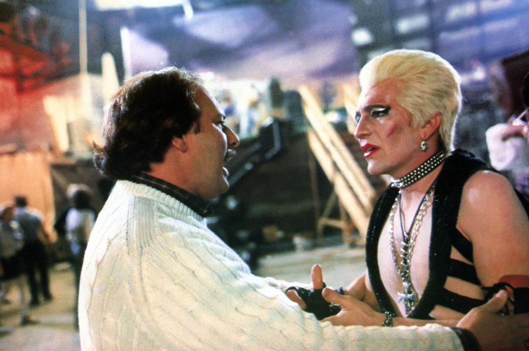 B-Film Regisseur Rubin (Dennis Franz, l.) feuert Kleindarsteller Jake (Craig Wasson, r.), der einen Vampir darstellen soll, im Sarg jedoch Platzangs... - Bildquelle: Columbia Pictures