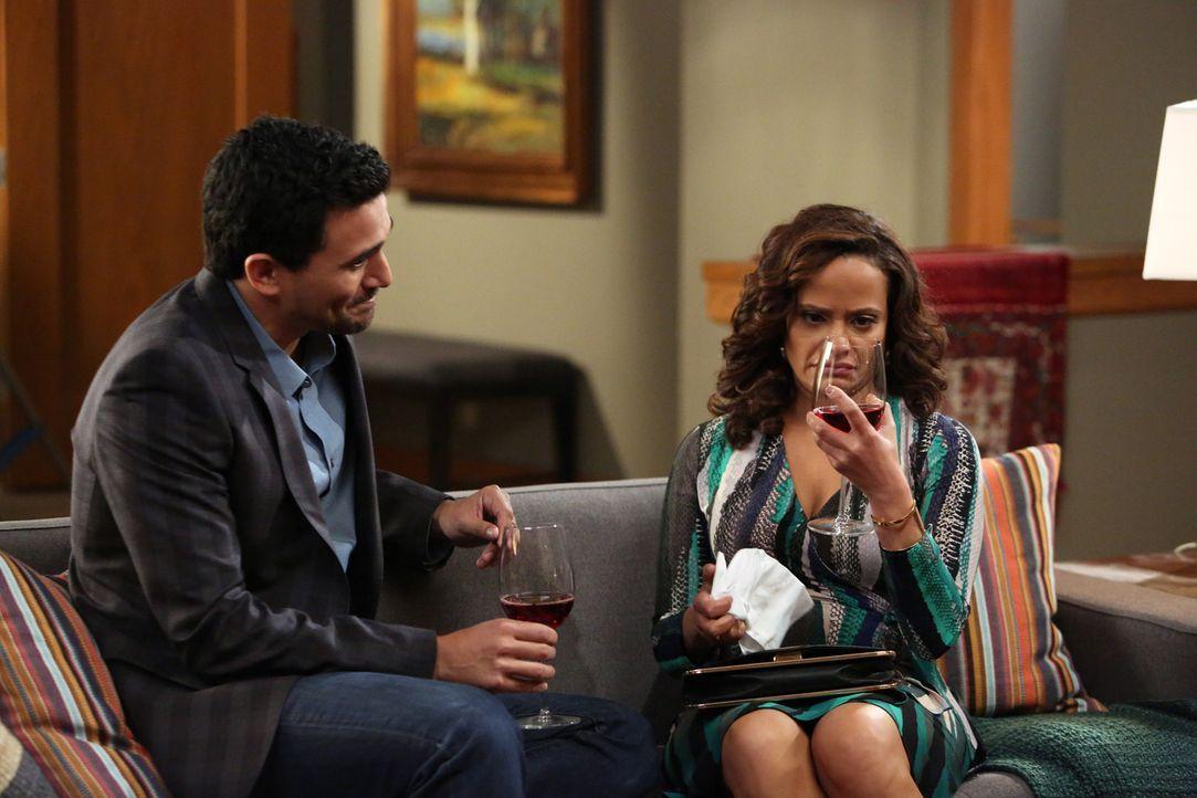 Als Zoila (Judy Reyes, r.) bei Javier (Ivan Hernandez, l.) zu Besuch ist, fällt ihr sofort die unsegliche Unordnung auf ... - Bildquelle: 2014 ABC Studios