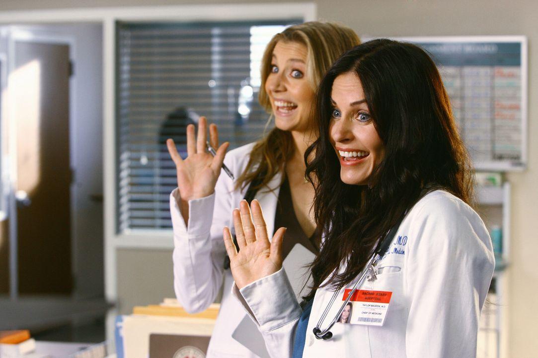 Dr. Maddox (Courteney Cox, r.) sorgt im Sacred Heart Krankenhaus bei Elliot (Sarah Chalke, l.) und den anderen Ärzten für mächtig Wirbel ... - Bildquelle: Touchstone Television