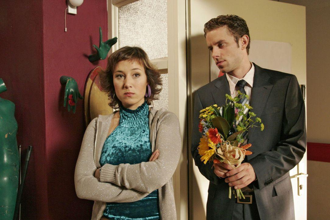 Max (Alexander Sternberg, r.) bittet Yvonne (Bärbel Schleker, l.) um eine Aussprache. - Bildquelle: Noreen Flynn Sat.1