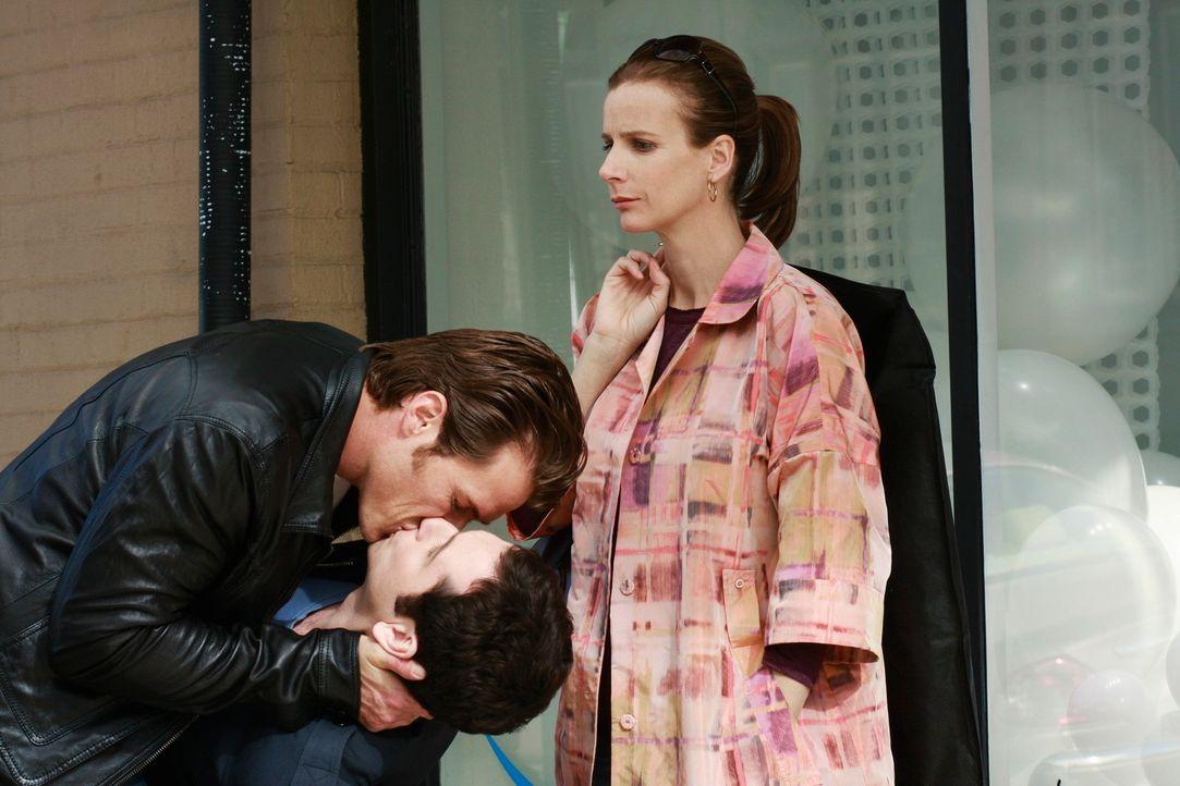 Sexuelle Schwingungen übermannen nicht nur Kevin (Matthew Rhys, 2.v.l.) und seinen Ex (Jason Lewis, l.). Sarah (Rachel Griffiths, r.) hat es auch wi... - Bildquelle: 2008 ABC INC.