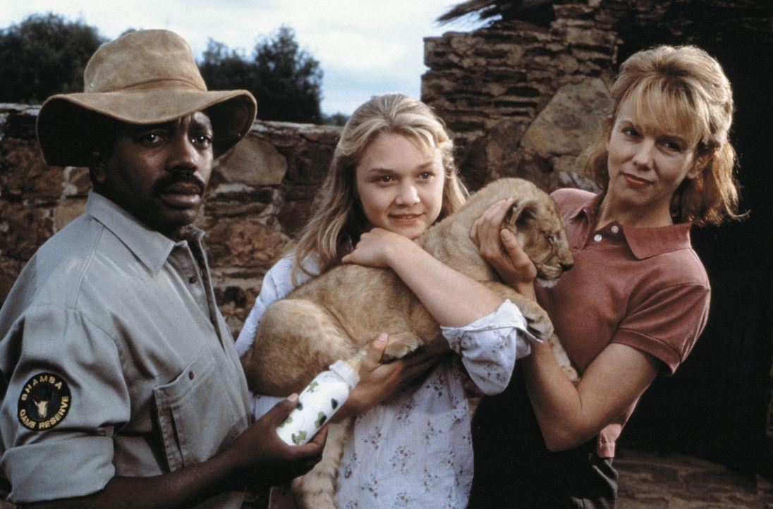 """George Luello (John Matshikiza, l.), Val (Ariana Richards, M.) und Eleanor (Linda Purl, r.) haben das Löwenjunge auf den Namen """"Elsa"""" getauft. Val... - Bildquelle: 1996 Franklin/Waterman 2. All Rights Reserved."""