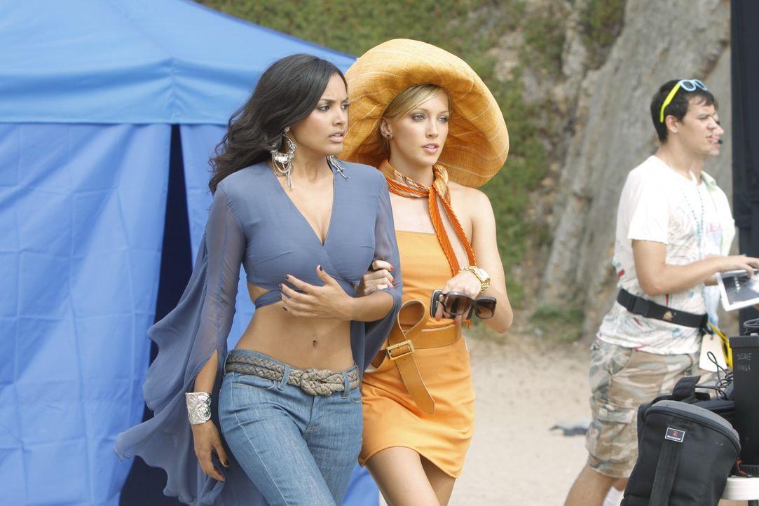 Wird Riley (Jessica Lucas, l.) ihr Lampenfieber mit Ellas (Katie Cassidy, r.) Hilfe in den Griff bekommen? - Bildquelle: 2009 The CW Network, LLC. All rights reserved.