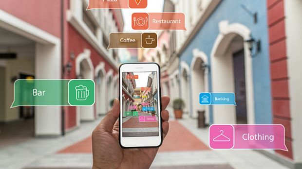 Eine App zeigt an, wo die nächsten Geschäfte und Lokale liegen