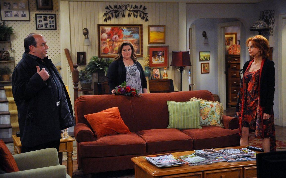 Während Molly (Melissa McCarthy, M.) sich Gedanken macht, wohin sie und Mike in den Flitterwochen fahren könnten, entschließt sich Joyce (Swoosie Ku... - Bildquelle: Warner Brothers