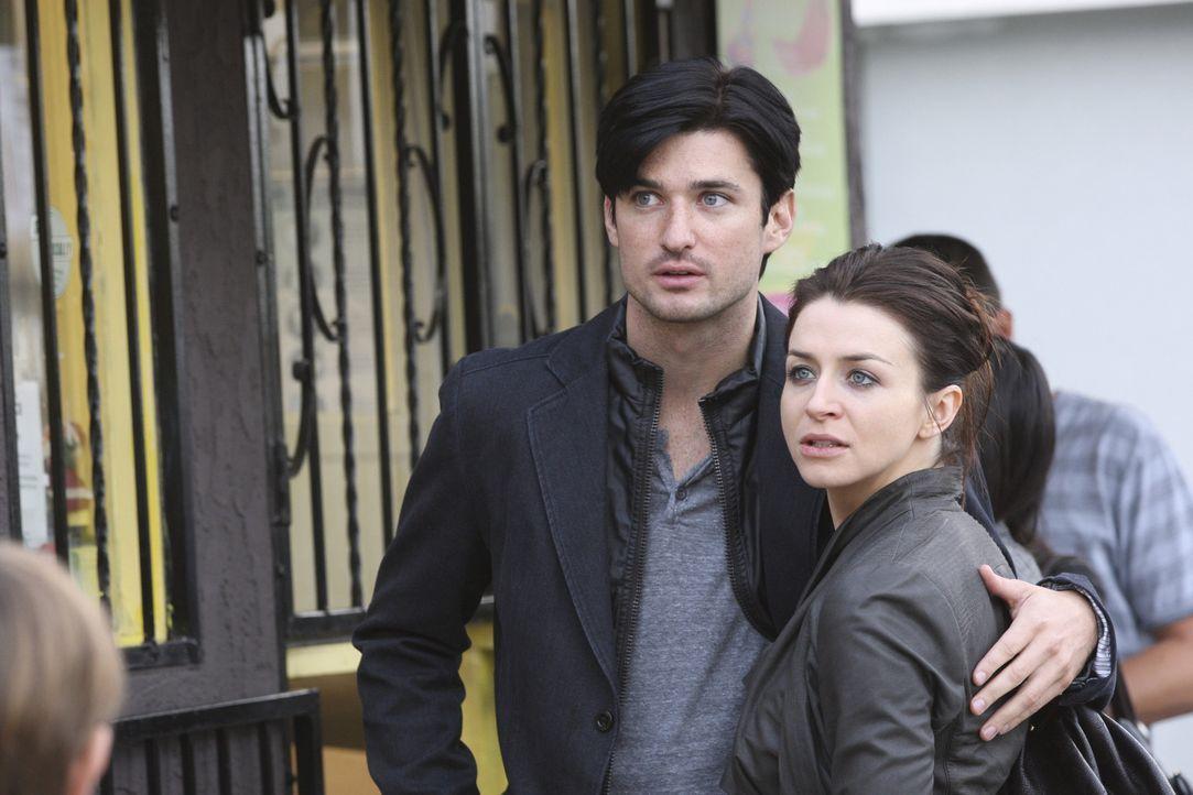 Amelia (Caterina Scorsone, r.) rutscht durch Ryan (Wes Brown, l.) wieder voll ins Drogenleben. Beim Versuch, nachts einen Rezeptblock aus der Praxis... - Bildquelle: ABC Studios