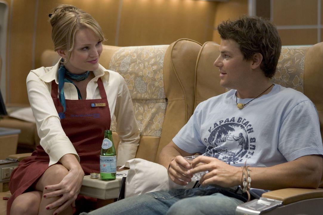Ein harmloser Flirt an Bord: Kronzeuge Sean Jones (Nathan Phillips, r.) und Flugbegleiterin Tiffany (Sunny Mabrey, l.) wissen noch nicht, wie nahe s... - Bildquelle: Warner Brothers
