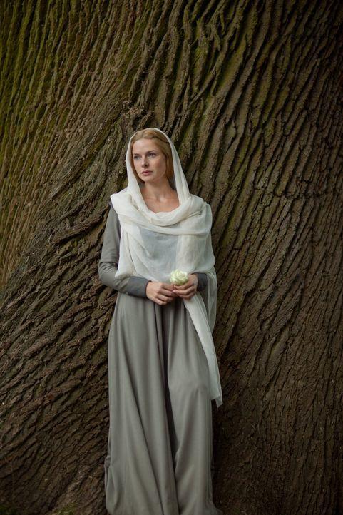 Der König hat Elizabeth Woodville (Rebecca Ferguson) gebeten, seine Frau zu werden. Die beiden stammen jedoch aus verfeindeten Adelshäusern, was d... - Bildquelle: 2013 Starz Entertainment LLC, All rights reserved