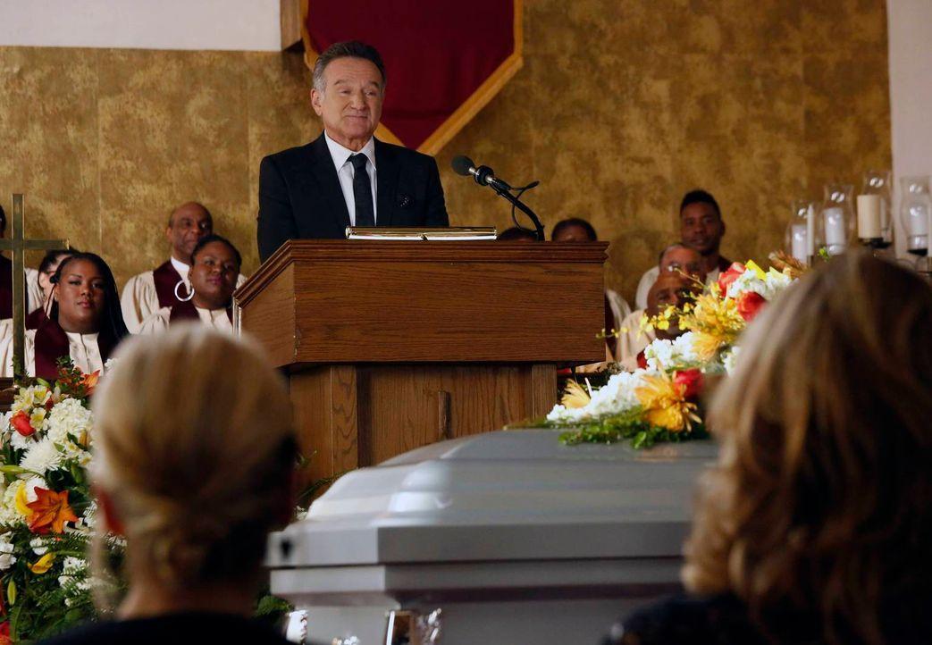 Eine schwere Aufgabe: Eine Frau bittet Simon (Robin Williams), die Trauerrede für ihren Vater zu halten. Der Verstorbene war ein bekannter Jingle-Sc... - Bildquelle: 2013 Twentieth Century Fox Film Corporation. All rights reserved.