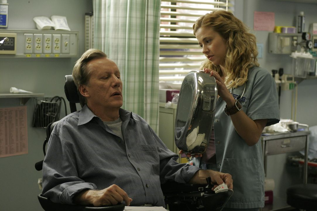 Sam (Linda Cardellini, r.) kümmert sich um den an Multiple Sklerose leidenden Dr. Nate Lennox (James Woods, l.) ... - Bildquelle: Warner Bros. Television