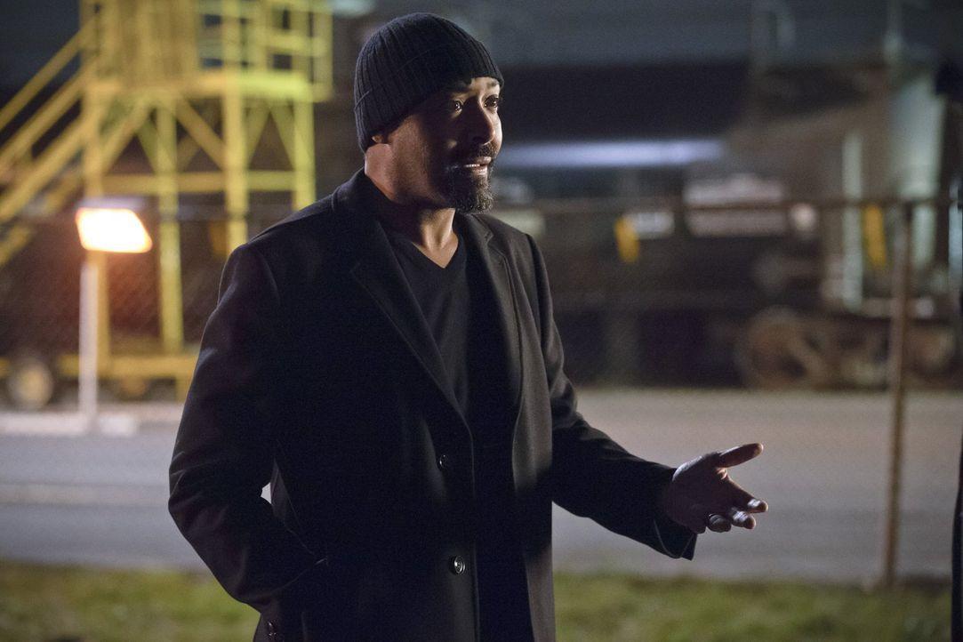 Gelingt es Joe (Jesse L. Martin), eine Beziehung zu seinem neuen Sohn aufzubauen? - Bildquelle: 2015 Warner Brothers.