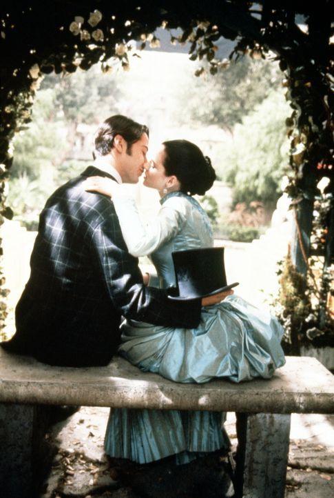 Der Londoner Immobilienmakler Jonathan (Keanu Reeves, l.) mit seiner Verlobten Mina (Winona Ryder, r.). - Bildquelle: Columbia Pictures