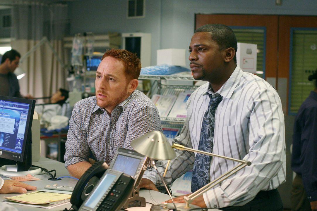 Können nicht fassen, dass Frank so stur ist: Pratt (Mekhi Phifer, r.) und Morris (Scott Grimes, l.) ... - Bildquelle: Warner Bros. Television