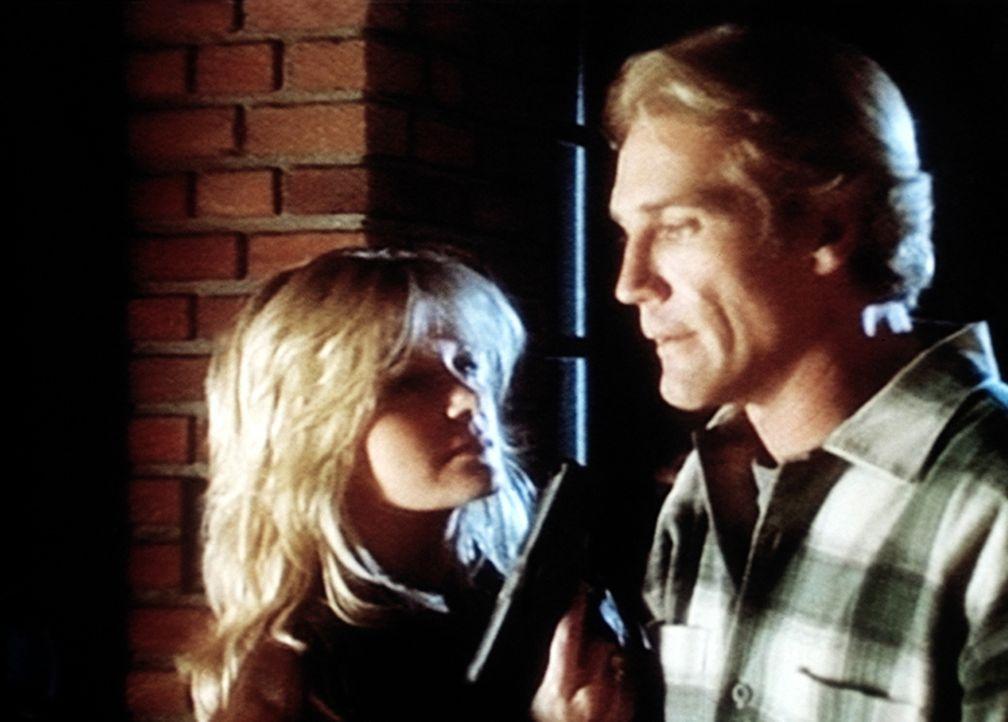 Steve (Barry Van Dyke, r.) hat Lynn (Rebeccah Bush, l.), die Mörderin, gestellt - wird aber von ihr mit der Waffe in Schach gehalten. - Bildquelle: Viacom