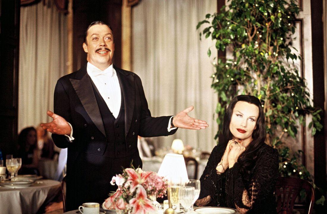 Gomez Addams (Tim Curry, l.) und seine Frau Mortica Addams (Daryl Hannah, r.) organisieren ein großes Familientreffen, den mit seinen Großeltern g... - Bildquelle: 2002 ABC, INC.