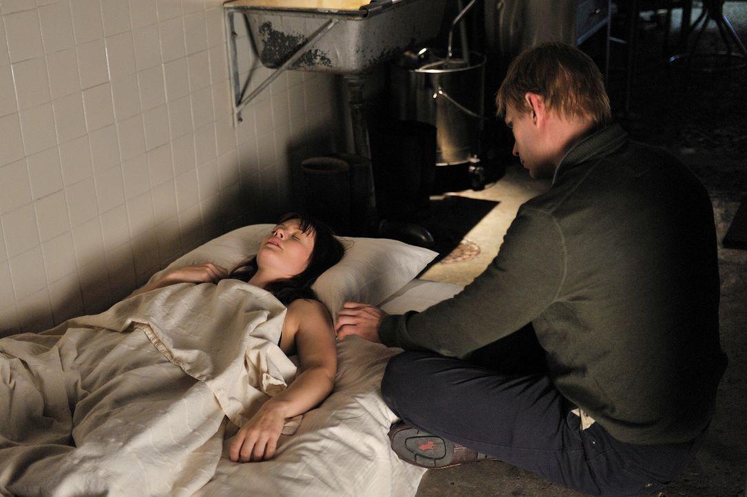 Nachdem Rebecca (Sarah Allen, l.) von Aiden gebissen wurde, wird sie von Bishop (Mark Pellegrino, r.) ohne sein Wissen rekrutiert ... - Bildquelle: Phillipe Bosse Syfy Channel