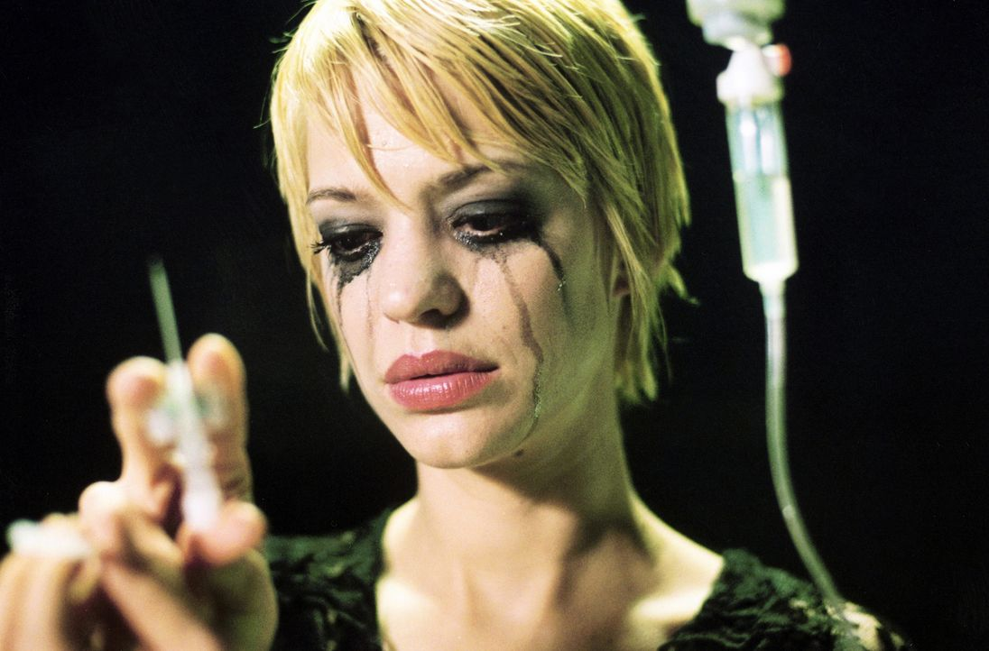 Die attraktive Victoria (Heike Makatsch) unternimmt einen gefährlichen Selbstversuch ... - Bildquelle: 2004 Sony Pictures Television International. All Rights Reserved.