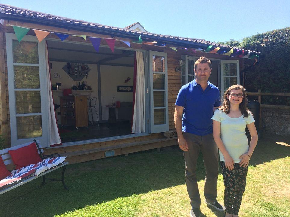 George Clarke (l.) hilft der zwölfjährigen Guinnie (r.), ihren Traum einer eigenen Partyhütte im Garten zu verwirklichen. - Bildquelle: Plum Pictures Limited MMXV