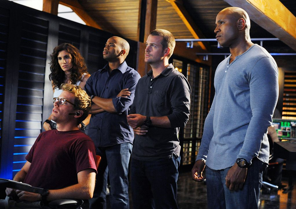 Versuchen, einen Mordfall zu lösen: Eric Beal (Barrett Foa, vorne), Special Agent Kensi Blye (Daniela Ruah, l.), Dominic Vail (Adam Jamal Craig, 2.... - Bildquelle: CBS Studios Inc. All Rights Reserved.
