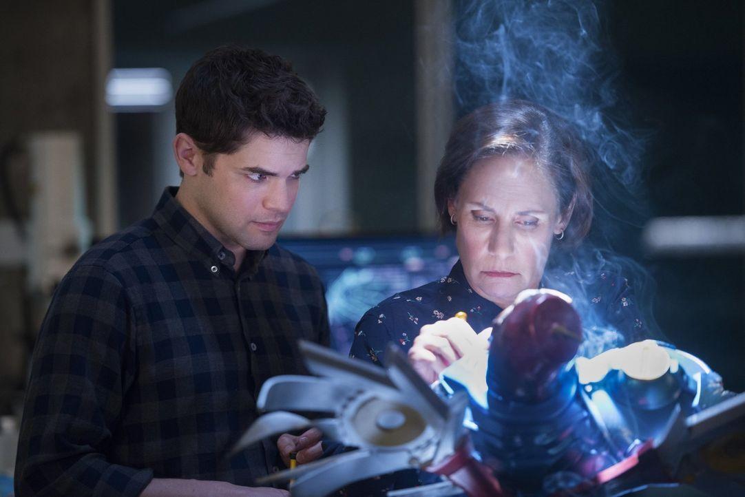 Dass seine Mutter ihn als Kind verlassen hat, beschäftigt Winn (Jeremy Jordan, l.) noch immer, weshalb es ihm äußerst schwerfällt, Mary (Laurie Metc... - Bildquelle: 2017 Warner Bros.
