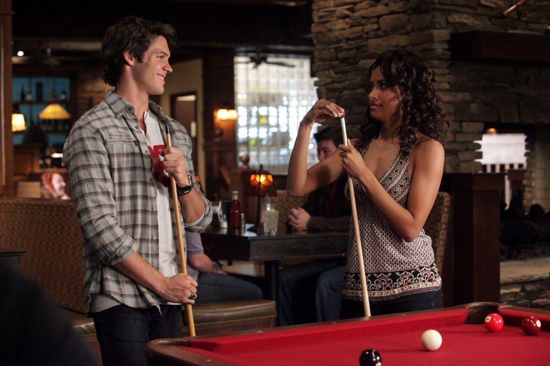 Jeremy (Steven R. McQueen, l.) vergnügt sich mit Bonnie (Katerina Graham, r.) beim Billiardspiel im Mystic Grill ... - Bildquelle: Warner Brothers