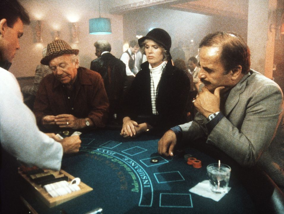 Cagney (Sharon Gless, M.) wagt sich in die Spielhöllen von New York. - Bildquelle: ORION PICTURES CORPORATION. ALL RIGHTS RESERVED.